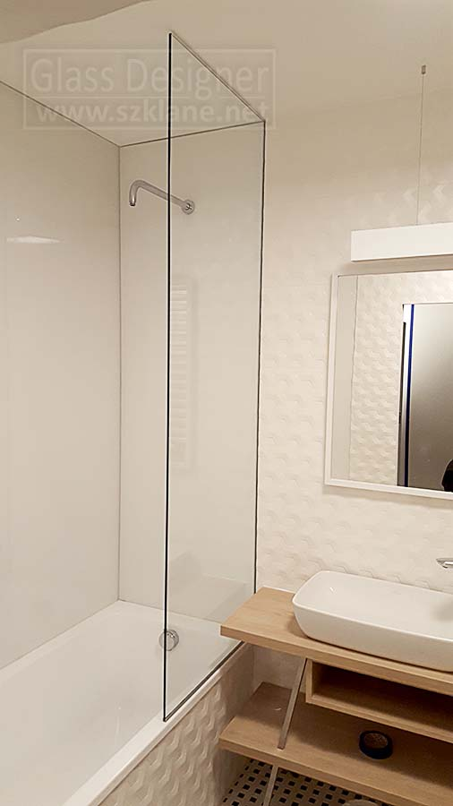 biała łazienka parawan do sufitu